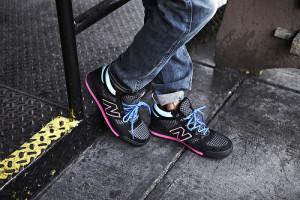 Парень в кроссовках New Balance