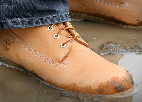 Парень в мокрой обуви из нубука