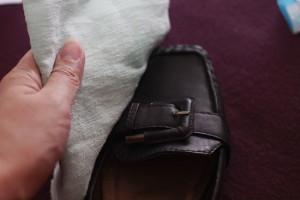 Мужчина сушит кожаную обувь