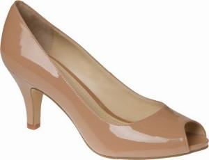 Бежевые туфли на низком каблуке