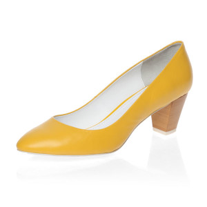 Жёлтые туфли на низком каблуке