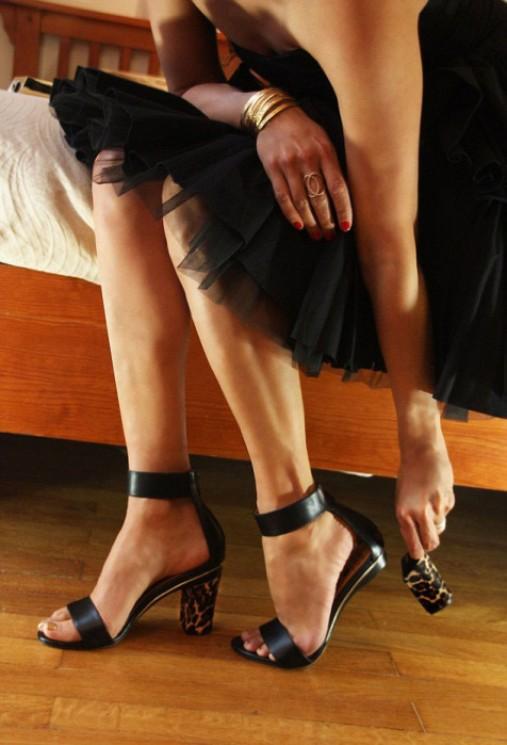 Женщина надевает туфли к романтическому свиданию