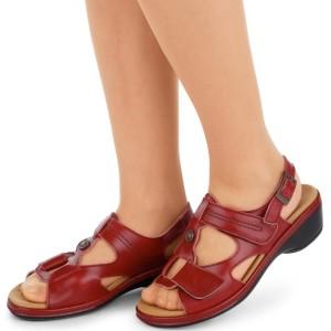 Женщина в ортопедической обуви
