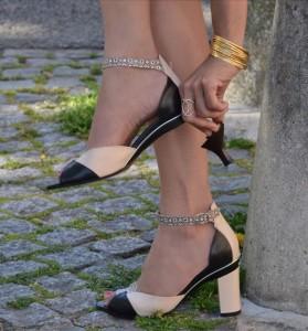 Женщина в туфлях со съемным каблуком