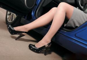 Женщина в туфлях за рулём