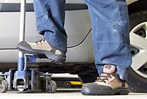 Мужчина в рабочей летней обуви