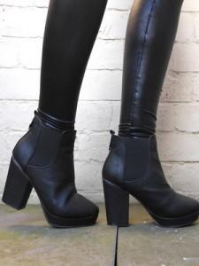 девушка в осенней обуви