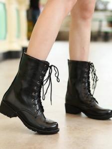 девушка в весенней обуви