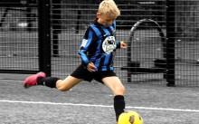 мальчик играет в футбол