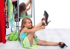 девочка меряет обувь
